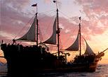 Enamorate de un bello atardecer a bordo de un barco pirata